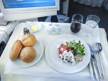 Comida de aviones determinada en una bandeja, en una tabla blanca Fotografía de archivo libre de regalías