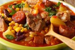 Comida de Cabo Verde: Cachupa con la carne, el chorizo y las verduras macros Fotos de archivo