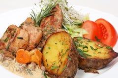 Comida de cena fina, pollo y patatas cocidas al horno Foto de archivo