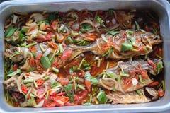 Comida de cocinar tailandesa frita de los pescados imagen de archivo