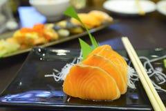 Comida de color salmón de los japanes del sashimi en disco Fotos de archivo libres de regalías