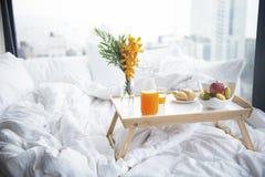 Comida de desayuno, zumo de naranja, pan y leche suaves en el pequeño tabel fotos de archivo libres de regalías