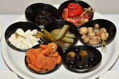 Comida de la aceituna del tomate del desayuno de la comida fría de la tabla Imagenes de archivo