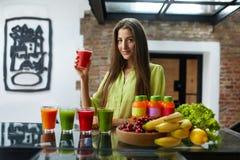 Comida de la aptitud, nutrición Smoothie de consumición de la mujer sana de la consumición fotos de archivo