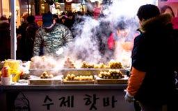 Comida de la calle alrededor de Seul, Corea del Sur Imágenes de archivo libres de regalías