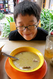 Comida de la calle del muchacho que intenta asiático imagen de archivo