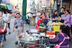 Comida de la calle en el camino de Yaowarat Foto de archivo libre de regalías