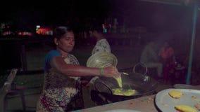 Comida de la calle en la noche en la India almacen de video