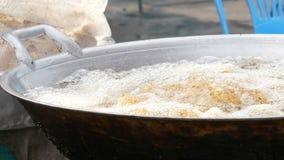 Comida de la calle en Tailandia y Asia Cuba de ebullición grande en la cual cocinero de la mano de la mujer y pedazos puestos de  almacen de metraje de vídeo