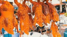 Comida de la calle en Tailandia y Asia Pato de Pekín rojo en contador Platos exóticos en las calles metrajes