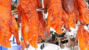 Comida de la calle en Tailandia y Asia Pato de Pekín rojo en contador Platos exóticos en las calles almacen de video