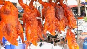 Comida de la calle en Tailandia y Asia Pato de Pekín rojo en contador Platos exóticos en las calles almacen de metraje de vídeo