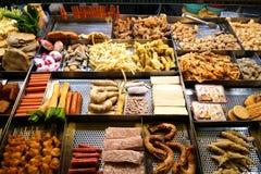 Comida de la calle en un mercado taiwanés de la noche Foto de archivo libre de regalías
