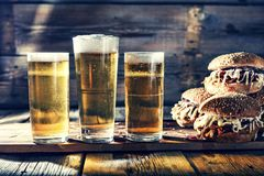 Comida de la calle, hamburguesas, barbacoa, abeja ligera, comida rápida, fondo malsano, de madera Cierre para arriba Estilo rústi Imagenes de archivo