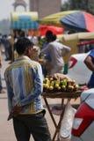 Comida de la calle que es vendida en la puerta de la India imagenes de archivo