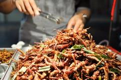 Comida de la calle - saltamontes fritos fotos de archivo