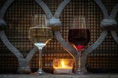 Comida de la calle: una tarde se puede hacer prueba romántica del buen vino de la luz de una vela foto de archivo