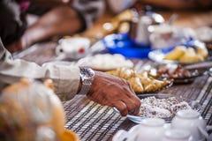 Comida de la cosecha de la mano de la placa Imagen de archivo libre de regalías