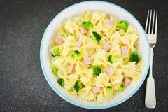 Comida de la dieta de las pastas, de la salchicha y del bróculi Fotos de archivo libres de regalías