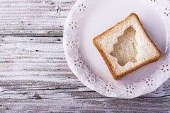 Comida de la diversión para que niños y adultos tuesten el almuerzo festivo en Año Nuevo de la Navidad del pan blanco en los árbo Imagenes de archivo