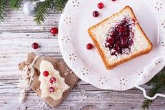Comida de la diversión para que niños y adultos tuesten el almuerzo festivo en Año Nuevo de la Navidad del pan blanco en los árbo Imagen de archivo libre de regalías