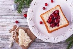 Comida de la diversión para que niños y adultos tuesten el almuerzo festivo en Año Nuevo de la Navidad del pan blanco en los árbo Fotos de archivo libres de regalías