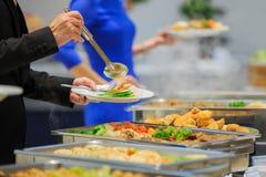 Comida de la comida fría del abastecimiento del grupo de la gente interior Imágenes de archivo libres de regalías