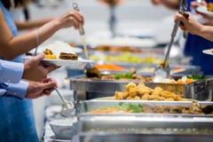 Comida de la comida fría del abastecimiento del grupo de la gente interior Imagen de archivo