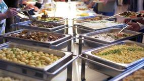 Comida de la comida fría del abastecimiento del grupo de la gente interior en restaurante de lujo con la carne colorida almacen de metraje de vídeo