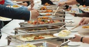 Comida de la comida fría del abastecimiento del grupo de la gente interior en restaurante de lujo con las frutas y verduras color metrajes