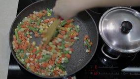 Comida de la fritada de la cacerola del espárrago, de la pimienta, del maíz y de la zanahoria deliciosos Comida vegetariana metrajes