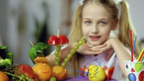 Comida de la fruta y primer decorativos de la cara de la muchacha almacen de metraje de vídeo
