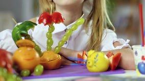 Comida de la fruta y primer decorativos de la cara de la muchacha metrajes