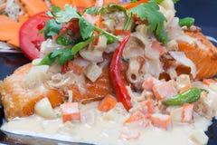 Comida de la fusión de los salmones fritos de los pescados con estilo tailandés de la comida Imagen de archivo