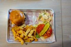 Comida de la hamburguesa a bordo ms Silja Serenade imágenes de archivo libres de regalías