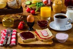 Comida de la mesa de desayuno imágenes de archivo libres de regalías