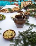 Comida de la Navidad en la tabla que adorna con el árbol de navidad Imagenes de archivo