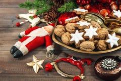 Comida de la Navidad Galletas de la estrella y decoraciones del vintage Foto de archivo
