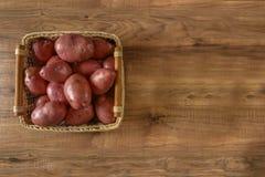 Comida de la patata cruda Patatas frescas en fondo de madera lugar libre para el texto Imágenes de archivo libres de regalías