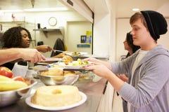 Comida de la porción de la cocina en refugio para personas sin techo Foto de archivo libre de regalías