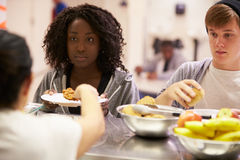 Comida de la porción de la cocina en refugio para personas sin techo Imagen de archivo
