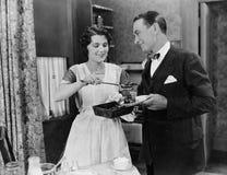 Comida de la porción de la mujer a servir Fotografía de archivo libre de regalías