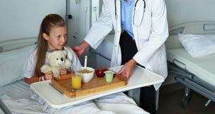 Comida de la porción del doctor a la muchacha enferma metrajes