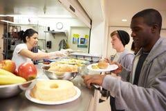 Comida de la porción de la cocina en refugio para personas sin techo Imagen de archivo libre de regalías