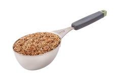 Comida de la semilla de lino en taza de medición Fotografía de archivo libre de regalías