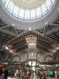 Comida de las compras de Valencia del mercado central bying imagen de archivo