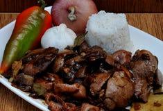 Comida de las Filipinas, Adobong Atay en Ng Manok de Balunalunan (molleja y hígado hervidos a fuego lento del pollo) Foto de archivo