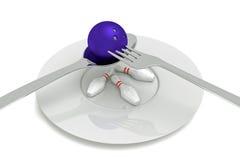 Comida de los bolos - bola de bolos con los pernos, la cuchara, la bifurcación y la placa Foto de archivo