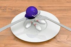 Comida de los bolos - bola de bolos con los pernos, la cuchara, la bifurcación y la placa Fotos de archivo libres de regalías