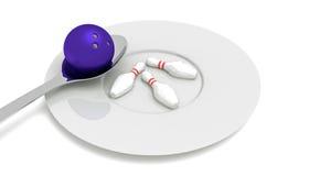 Comida de los bolos - bola de bolos con los pernos, la cuchara y la placa Imágenes de archivo libres de regalías